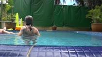 Alice e Bruninha curtiram a piscina da Casa