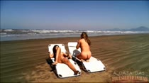 De novo na praia, mas agora elas ficam peladas! Não perca