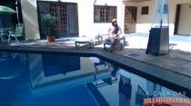 A morena gostosa Juju Rangel toma um sol na beira da piscina