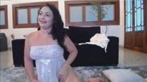 De lingerie amarela e branca, Mel Faro faz chat de sexo