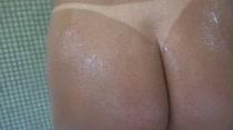 Bruna Lambertini e Vivian Falcon tomando aquele banho sensual