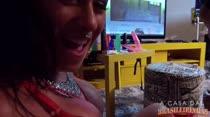 Meninas se divertem com jogo erótico de dados, em vídeo pornô