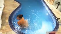Se masturbando com o jato de água da hidro, que beleza