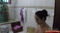 Depois de cena, gostosas tomam banho juntas