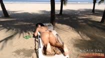Bruna Ferraz se exibindo na praia! Ela usa fio dental e empina o rabão