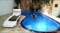Emily Brasil dá uma relaxada gostosa na piscina da casa, veja só!