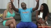 Suzie Slut libera a bucetinha para Kid Bengala em vídeo pornô