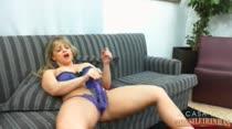 Com um consolo combinando com a lingerie, Cibelle assiste porno e se masturba