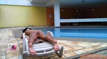 Lola bronzeia o corpo peladinha a beira da piscina