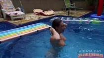 Brasileirinhas aproveitam o calor na piscina do reality show