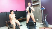 Tá afim de ver duas gostosas malhando de pernas abertas?