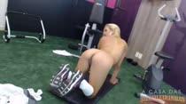 Sexo ao vivo nos bastidores de filme pornô com Bebel! A loira fode gostoso e geme sem parar