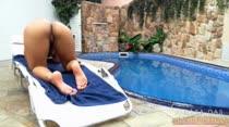 Na piscina, Carol Dias fica de quatro e pisca até o cuzinho para a cam
