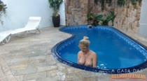 Cibelle Mancini se exibindo e relaxando na piscina da Casa das Brasileirnhas