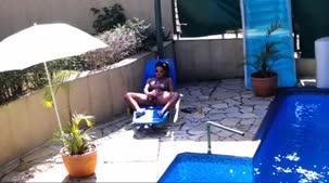 Luna Oliveira mostrando a bucetinha na piscina