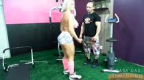 Cintha Santos fazendo um treino sensual na academia