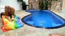 Manuela se masturbando bem gostoso na piscina da casa