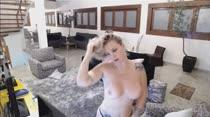 Loiras gostosas dançam sensualmente e fazem striptease