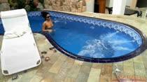 Monique dá uma relaxada na hidro da Casa das Brasileirinhas