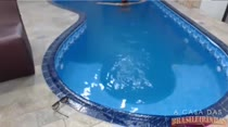 Laisa Gregory na piscina ouvindo um funk