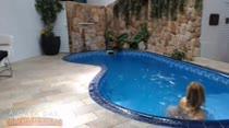 Carol Vilela nadando peladinha na piscina, que delícia