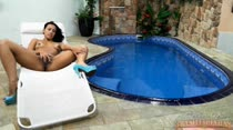 Pamela Ferraz bate uma siririca com vontade na piscina