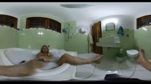 Veja Rafa Denardin por todos os ângulos na banheira da Casa