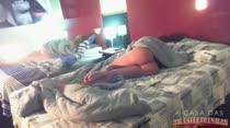 Duas garotas acordando peladinhas na cama