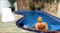 Gatas nadando peladas só na Casa das Brasileirinhas