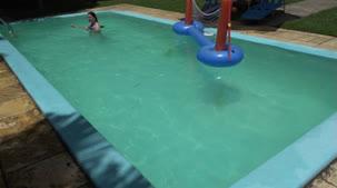 Ellen Duarte nua na piscina da Casa das Brasileirinhas