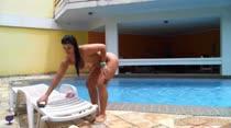 Aline Rios exibi o corpo maravilhoso peladinha na piscina