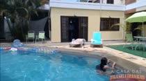Rebecca relaxa na beira da piscina