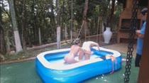 Loiras gostosas brincam de pega-sabonete peladinhas