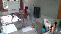 Bruna e Mary peladinhas no chuveiro, para a atividade da camiseta molhada