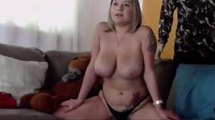 Assista ao chat de sexo com Rafa Denardin mostrando os peitões