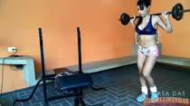 Rebeca Rios malhando pesado e peladinha na academia!