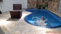 Relaxar na hidromassagem da casa nadando peladinha
