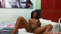 Na cama, Tainá Monteiro bate papo com os internautas ao vivo