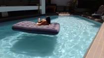 Duda pula na piscina toda peladinha