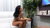 Melissa Pitanga escolhe um filme de sexo e assiste ao vivo
