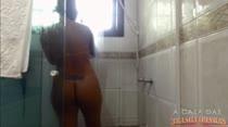 A morena gostosa Juju Rangel depilou a buceta ao vivo!