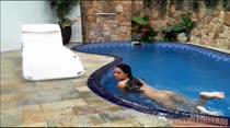 Morena nadando peladinha na piscina da Casa das Brasileirinhas