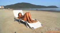 Exibicionismo na praia! Tainá Monteiro empina a bundinha na praia deserta