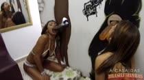Safadas chupam consolos gigantes em paredão erótico