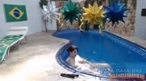Gostosa e safadinha, Any relaxa peladinha na piscina da casa