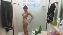 Morena tomando banho ao vivo rebolando a bundinha