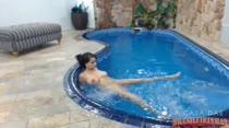 Nadando e provocando peladinha na piscina da Casa das Brasileirinhas