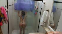 Ouvindo rock peladinha no chuveiro, Barbara toma um banho sensual