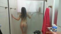 Morenaça gostosa da casa toma um banho maravilhoso na sua frente