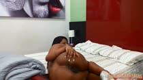 Na cama, Tainá faz tudinho o que os internautas pedem